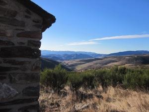 Des de Sant Isidre, el pedró talaia el poble de Molló
