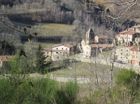 En la baixada, tenim diversos punts amb vistes al poblet d'Espinavell. Al mig de la fotografia, Can Jordi!