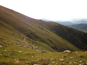 Des del collet, mirem enrere per veure el camí recorregut des de les Roques d'en Mercer.