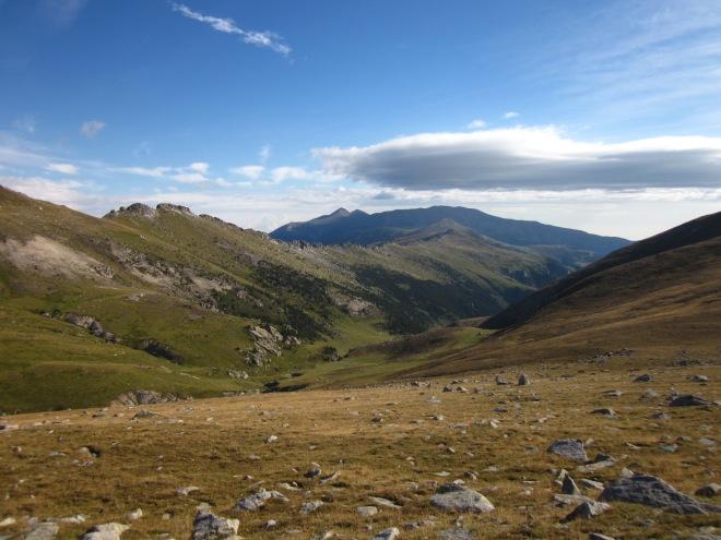 Des de la Coma del Tec, retornant cap a Costabona, magnífica vista de les Esquerdes de Rojà i, al fons, de Canigó.