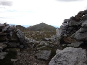Al cim de Roca Colom, un recer ens protegeix del fort vent i profitem per esmorzar. Som al primer dels tres onjectius de la ruta!