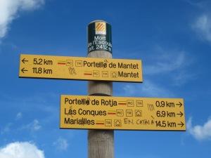 Senyal del Pas al camí cap al Roc de la Mort de l'Escolà, a mig camí de la Portell a de Rojà.