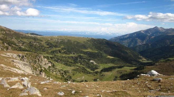 Treient el nas sobre les Conques, albirem el Pla Barrat. La Muntanya de Rojà és espai de pastura estival per a moltes de les eugues de Molló i altre bestiar de l'entorn de Pi i Mentet.