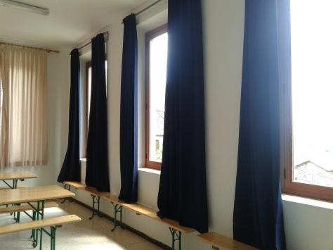 SALA POLIVALENT. Aquest espai disposa d'estufa de llenya i cortines opacants per permetre la projecció audiovisual.