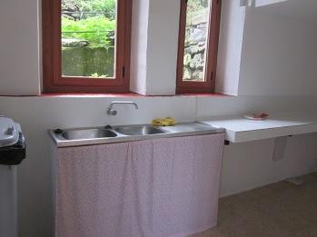 La ciona lliure disposa d'un mostrador i pica de rentat, així com de nevera. Si voleu cuinar, heu de portar fogonet!