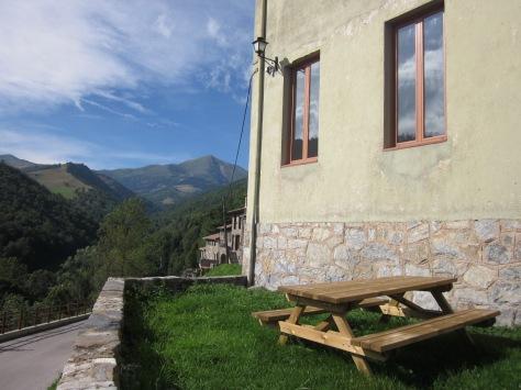 Des de la terrassa del refugi hi ha una bona vista de Costabona