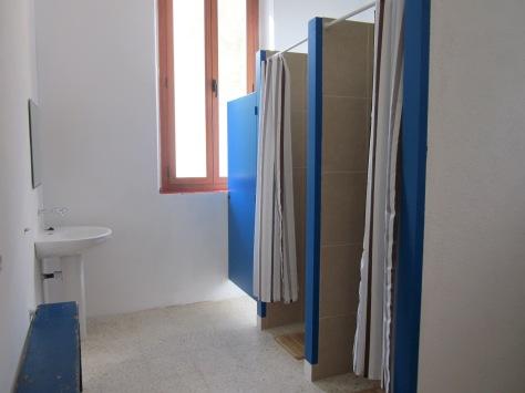 A la zona de dutxes hi ha també un lavabo, un vàter i dues piques safareig