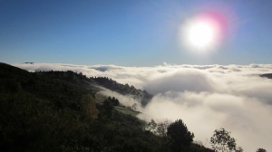 Surt el sol sobre els núvols