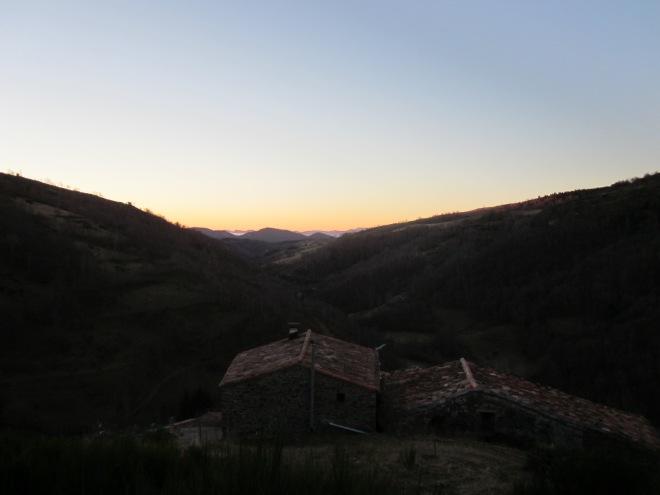 Bon dia, Espinavell!! El sol surt sobre la Vall mentre enfilem el camí del pedró. Cal pujar fins al capdamunt del poble i agafar la pista que puja cap a Coll Pregon. Quan arribem a la bifurcació, però, seguim a mà esquerra.