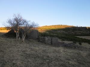 I ens acosta al Casal d'en Calet, mostra de l'arquitectura pagesa. Antigament, els casals eren espais en què els pagesos desaven eines i arreceraven el bestiar.