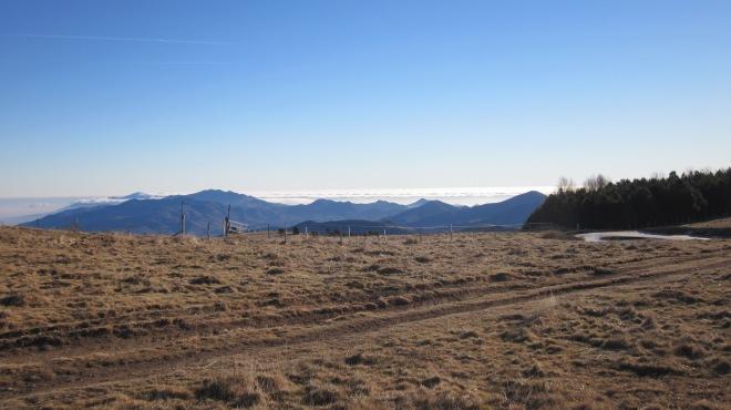 El camí de la carena té grans vistes i atractius únics, com les Basses de Puig Sec.