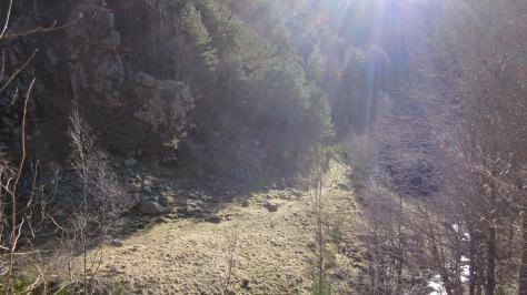 Després de travessar el torrent, mirada enrere sobre la Roca de les Porqueres que tot just hem vorejat.