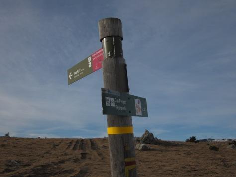 A les 10 del matí, més o menys, trobem una cruïlla de camins. Seguirem cap a la dreta. Si seguíssim recte, arribaríem a Fabert.