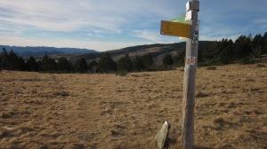 D'entrada, sembla que el camí no sigui gaire evident. Però està ben marcat i en molt pocs metres el retrobem.
