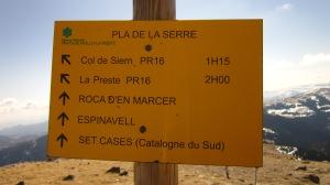 Arribem al Pla de la Serra, on s'uneix la nostra carena amb la que puja de Roques d'en Mercer. Si hem de tornar a casa pel mateix camí, hem de recordar aquest punt per no equivocar-nosen la baixada.