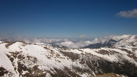 Vista de la Portella de Rojà, les Esquerdes de Rojà i, al fons, massís i Pic de Canigó.