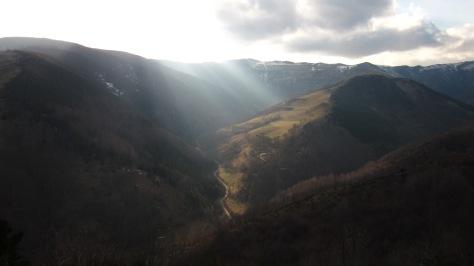 Darrera vista de la tarda, la llum del sol caient sobre el Serrat de la Gresa