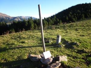 A Coll de Siern hi ha un rètol indicador. De vegades, els animals, en gratar-se, el malmeten. Fixeu-vos en la fita de pedra que marca la frontera.