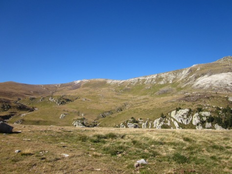 Som força amunt. A la dreta s'obre el Pla Rodó. Per damunt, l'aresta entre Roca Colom i la Portella de Rojà.
